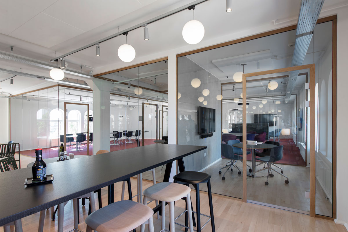 Deko FG Nature – Fully glazed partition with slim wooden profiles